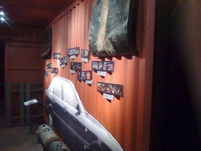 Į kontrabandos ekspoziciją įkeltas jūrinis 20 pėdų konteineris, be visokių įdomybių čia ir mėgstama kontrabandistų Audi 80 bei įvairios jau iššifruotos vietęlės, kur slepiama kontrabanda