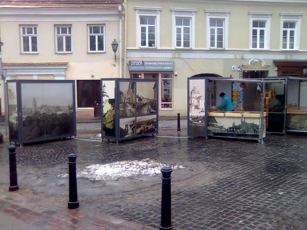 Suskleisti kioskeliai - graži, nors ir anonimiška ekspozicija, dieną jie virsta gyvos prekybos vieta