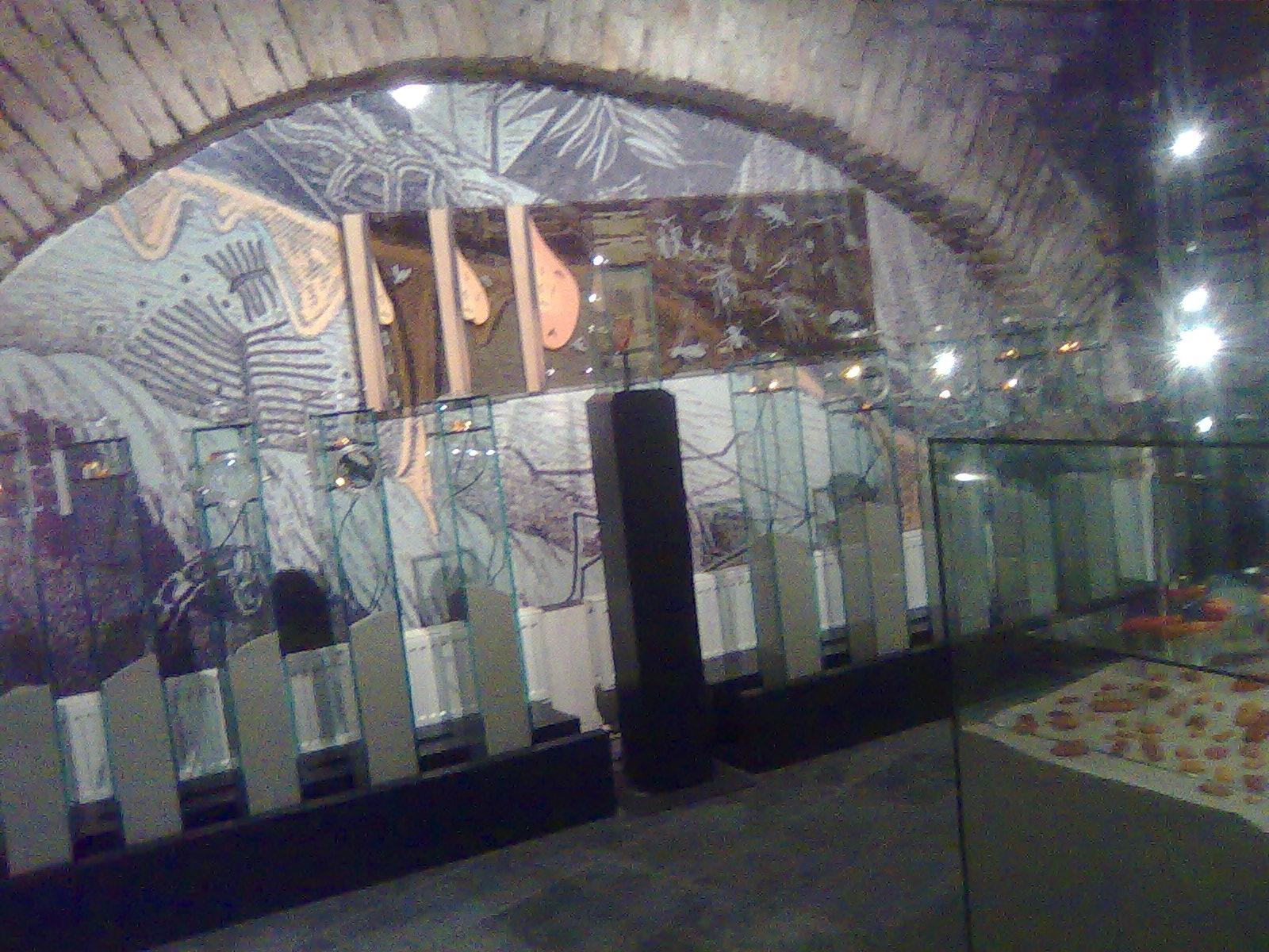 """Muziejaus interjere dominuoja stiklas ir smėlis, grafinis vaizdas, užklijuotas ant plastiko, galėtų būti atliktas """"švariau"""""""