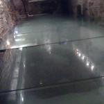 Stiklo grindys atrodo idealus sprendinys šioje aplinkoje, deja, jos susibraižo