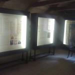 Ekspoziciją užgriozdina didžiuliai baldai - stendai, už stiklo saugomi ne eksponatai... o tekstai ir iliustracijos
