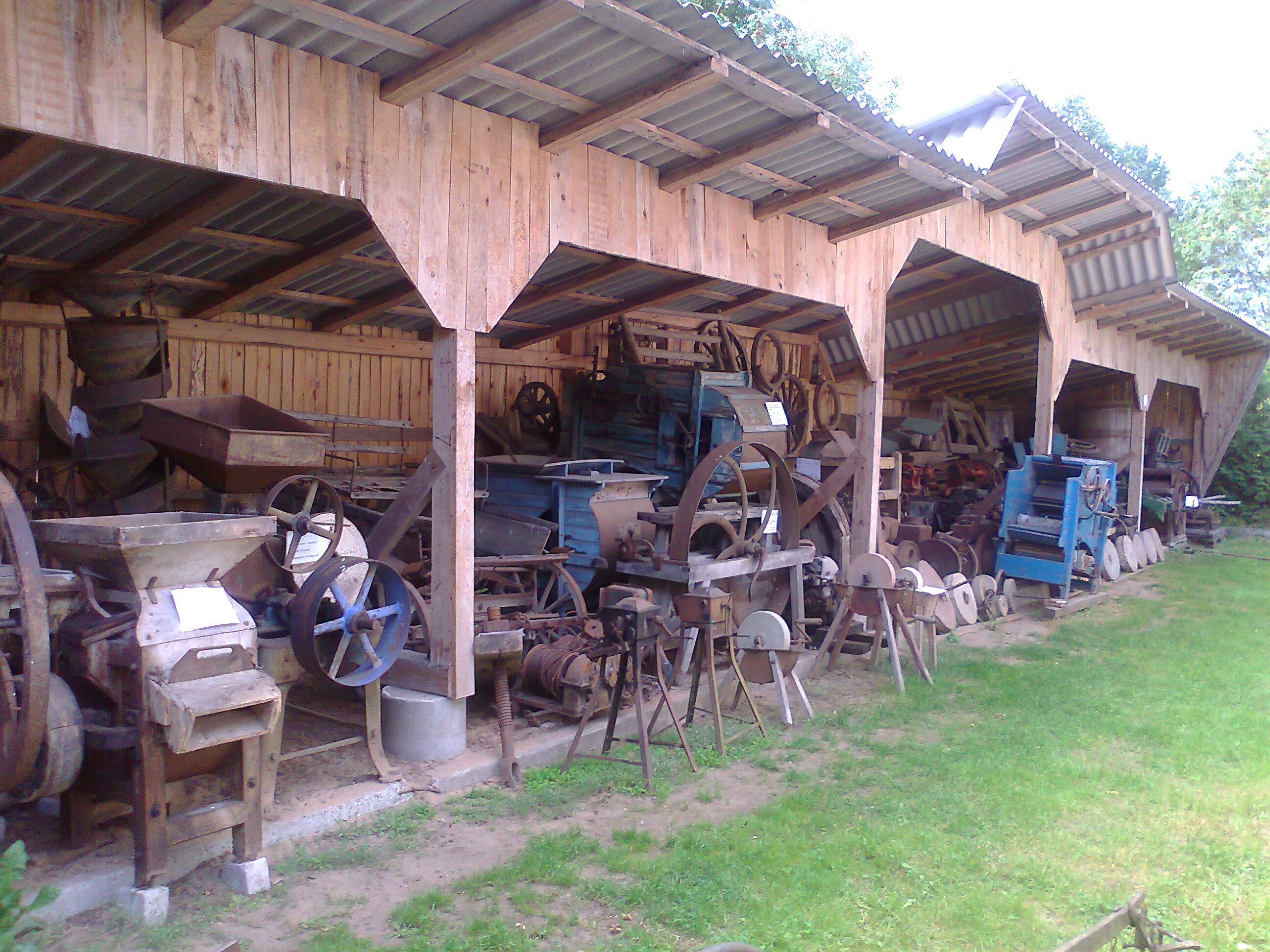 turtingiausia Lietuvoje technikos kolekcija glaudziasi kukliose pašiūrėse