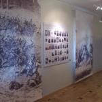 Vietoj dulkes kaupiančių užuolaidų muziejaus langai uždengti gražia grafika