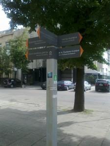 Muziejų nuorodos dviem kalbomis, pagirtina, bet nėra nurodytas atstumas iki objekto, or ten 50 ar 500 metrų?