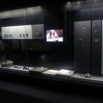 TV už stiklo ir prietemoje sunkiai įžiūrimi eksponatai